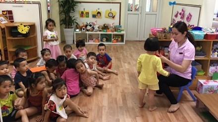 Cũng may bé gái 2 tuổi đã quay trở lại lớ học bình thường và hòa nhập với bạn bẻ