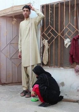 Cậu bé Pakistan phải nghỉ học do cao gần 2 mét