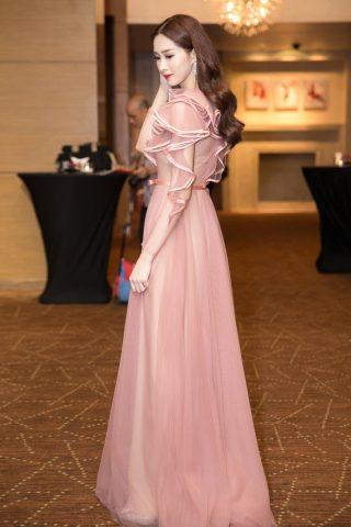 Với lối ăn mặc nhẹ nhàng ,thoát tục hoa hậu Thu Thảo luôn trở thành tâm điểm mỗi lần xuất hiện