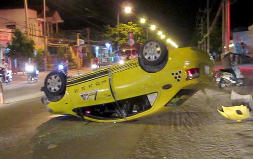taxi-tai-nan-khien-4-nguoi-bi-thuong