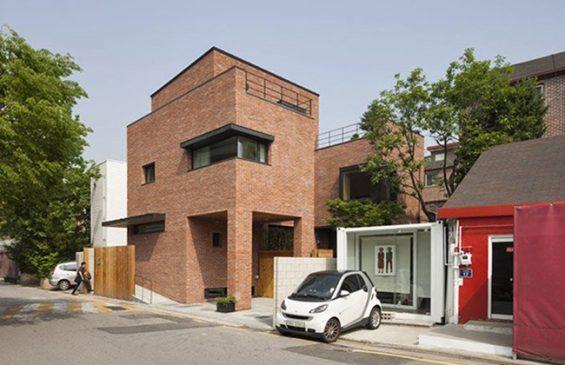 Ngôi nhà có 3 tầng với tổng diện tích sử dụng là 194m2.