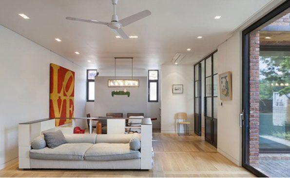 Phòng khách với tông màu chính là trắng – ghi, tấm tranh màu đỏ với chữ Love màu vàng là điểm nhấn duy nhất làm bừng sáng cả căn phòng.