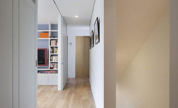 Gỗ sồi với màu nâu be tự nhiên là vật liệu chủ yếu tạo nên ngôi nhà