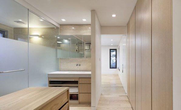 Dọc hành lang dẫn tới phòng tắm, chủ nhà sử dụng các loại tủ gỗ âm tường thông minh để cất trữ đồ.