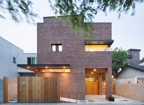 Điểm nổi bật của ngôi nhà là có bề ngoài được xây bằng gạch đỏ