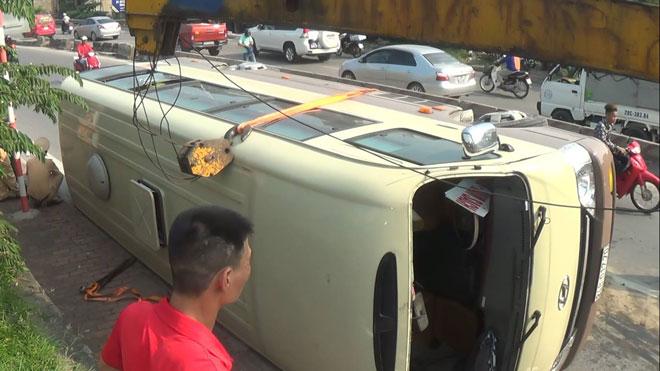Hiện trường chiếc xe bị lật