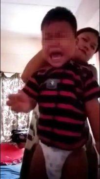 Ảnh người mẹ tàn nhẫn thắt cổ con trai treo lên trong clip