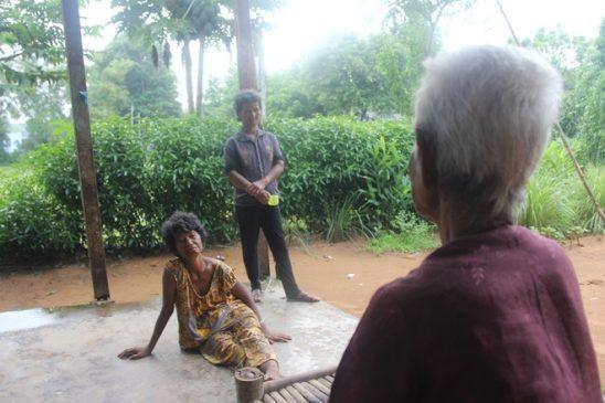 người mẹ có 4 con tâm thần, mẹ có 4 con tâm thần, rơi nước mắt mẹ già 85 tuổi nuôi 4 con tâm thần