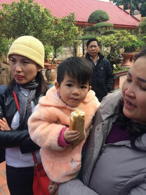 Trẻ bị bỏ rơi, bé gái 2 tuổi bị bỏ rơi