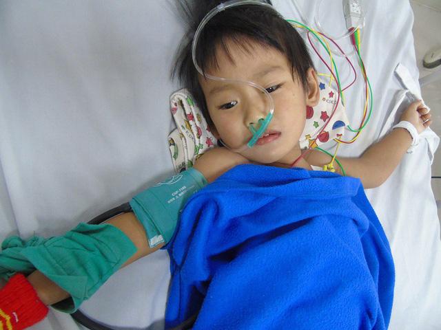 xót thương cô bé mồ côi cha mẹ mắc bệnh hiểm nghèo