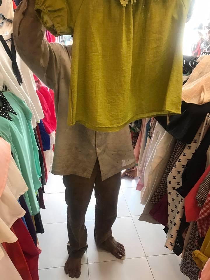 cảm động người cha nghèo vào cửa hàng chọn quần áo cho vợ con