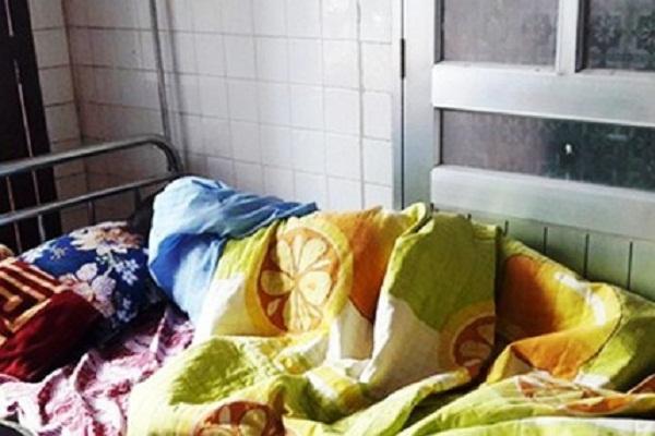 Nữ sinh viên thực tập mang thai bị phụ huynh xông vào trường đánh sảy thai