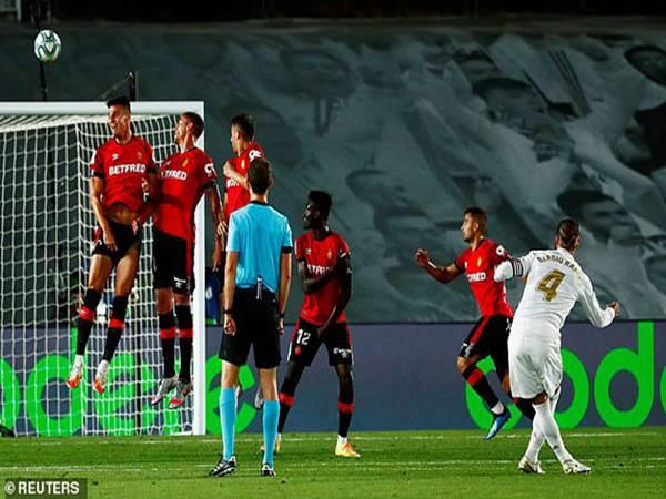 Real ghi bàn gây tranh cãi soán ngôi Barca